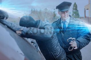 Polizist beim Einbrecher fangen mit Blaulicht