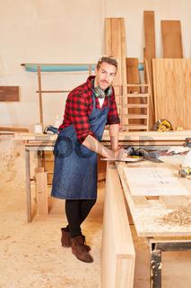 Schreiner oder Tischler in seiner Werkstatt