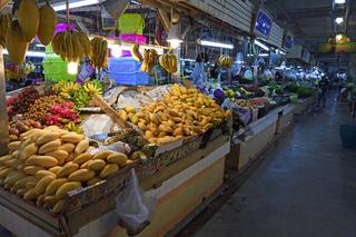 typische Stände mit riesiger Auswahl an frischem Obst und Gemüse
