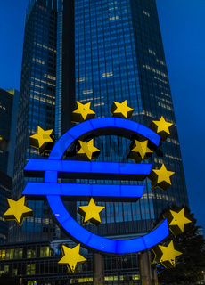 euro-symbol bei nacht, ezb-gebäude
