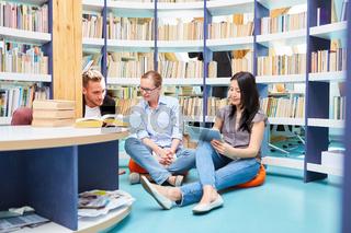 Lerngruppe mit drei Studenten und Tablet Computer