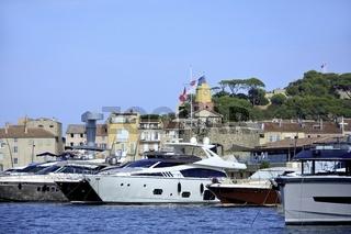 Luxusjachten am Hafen von Saint-Tropez  an der Côte d'Azur in Süd Frankreich