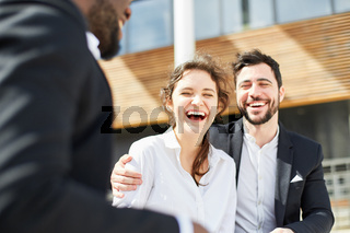 Business Frau und ein Kollege lachen glücklich