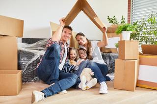 Familie und Kinder freuen sich auf Eigenheim