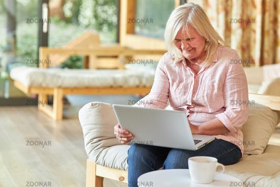 Seniorin am Laptop Computer macht einen Video Chat
