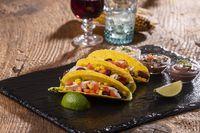drei mexikanische Tacos auf Schiefer