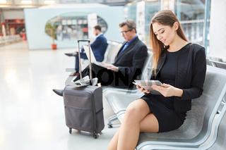 Business Frau im Flughafen mit Tablet Computer