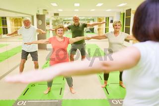 Senioren Gruppe mit Kursleiter im Fitness Workout