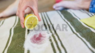 Zitrone und Salz zum entfernen von Rotweinflecken