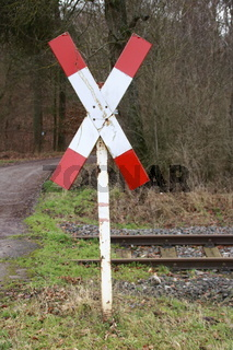 Andreaskreuz an einem unbeschrankten Bahnübergang der Strohgäubahn im Heckengäu bei Weissach