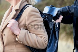 Dieb stiehlt Portomonee aus Handtasche