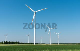 Windkraftanlagen bei blauem Himmel