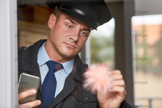 Kriminaltechniker der Polizei bei Spurensicherung