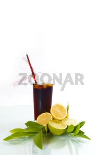Cola im Glas mit Zitronen