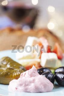 griechischen Taramas und gefüllte Weinblätter mit Salat