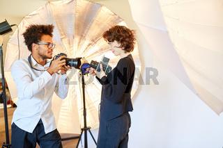 Fotostudenten mit zwei Kameras für Porträtfotografie