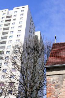 Feldsteinkirche und Plattenbau