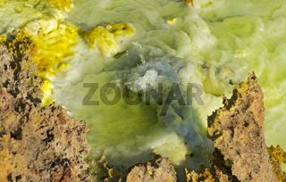 Wasser spritzt aus einer kleinen heissen Mineralquelle, Geothermalgebiet Dallol, Äthiopien