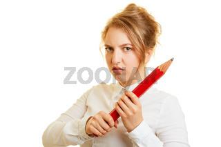 Geschäftsfrau hält abwehrend großen Rotstift