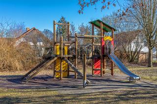 Klettergeruest auf einem verlassenen Spielplatz im Spaetherbst