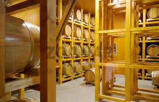 Modernes Lager aus Holz für Whiskyfässer