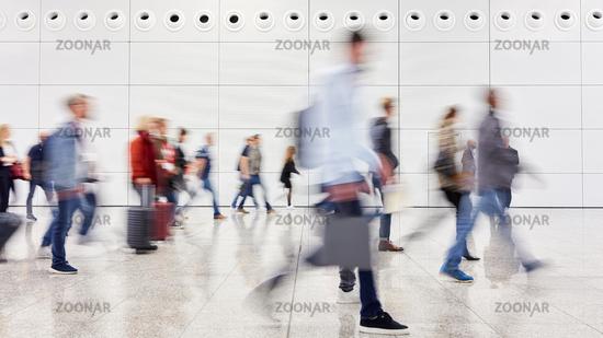Viele anonyme Leute gehen im Einkaufszentrum