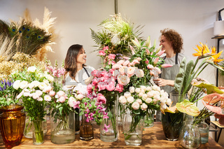 Floristen binden gemeinsam einen Blumenstrauß