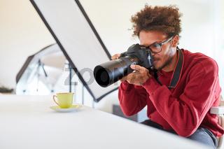 Fotograf beim Fotografieren einer Tasse