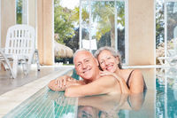Lächelndes Senioren Paar im Swimmingpool