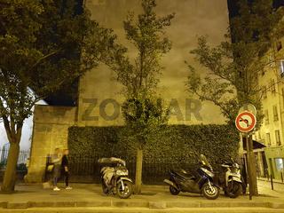 Parkende Motorräder in Paris bei Nacht