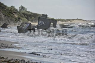 Ostseekueste mit Bunkerresten im Meer