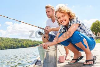 Vater und Sohn beim Angeln am Wochenende
