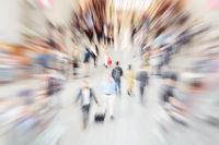 Viele hektische Leute in Fußgängerzone einer Stadt