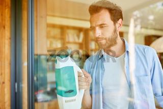 Hausmann bei der Glas Fenster Reinigung