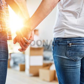Paar beim Hände halten im neuen Eigenheim