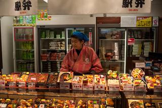 Kyoto, Japan, Fertiggerichte am Bahnhof