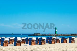 Strand mit Strandkörbe und Mole in Warnemünde
