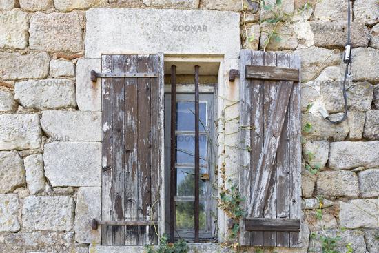 Fenster an einem alten Steinhaus in Frankreich