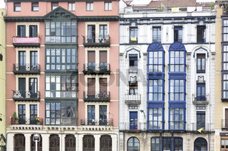 Typische Häuserfassade in Bilbao, Baskenland