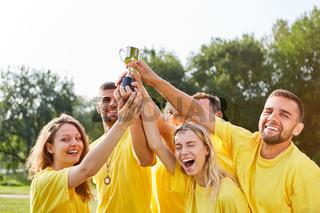 Glückliche Sieger Mannschaft mit Pokal