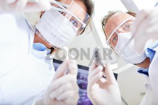 Zwei Ärzte bei einer Operation in der Zahnklinik