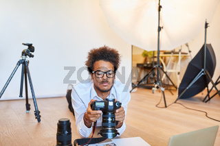 Junger Fotograf kontrolliert digitale Kamera