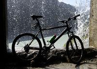 Mountainbike unter einem Wasserfall