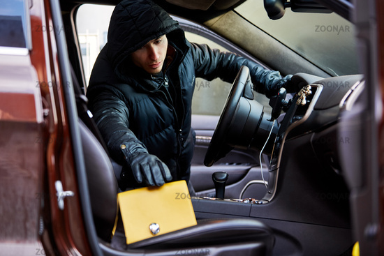 Dieb beim Stehlen von Handtasche aus Auto