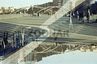 Gespiegelte Doppelbelichtung einer urbanen Szene