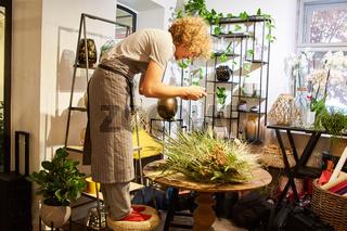 Kreativer Florist beim Blumenstrauß binden