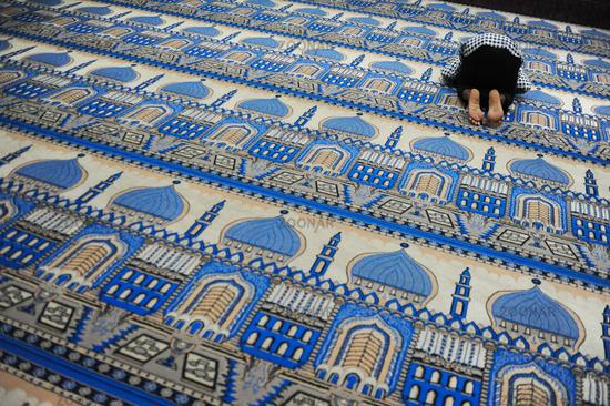 Yangon, Myanmar, Ein glaeubiger Muslim betet in einer Moschee