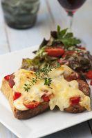 Gegrilltes Käse-Sandwich mit Salat