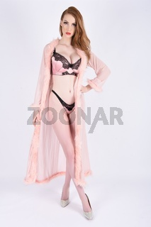 Schones, grosses, schlankes, vollbusiges Rothaariges Model in rosa Dessous