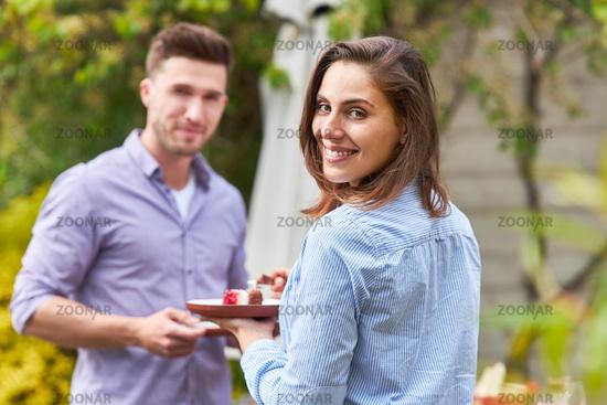 Junge Frau und ihr Freund essen einen Snack